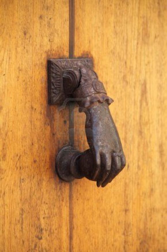 20140529120052-14154618-antiguo-llamador-de-bronce-en-una-puerta-de-madera-580x874.jpg